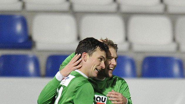 Fotbalisté Jablonce David Lafata (vpředu) a Karel Piták se radují z branky.