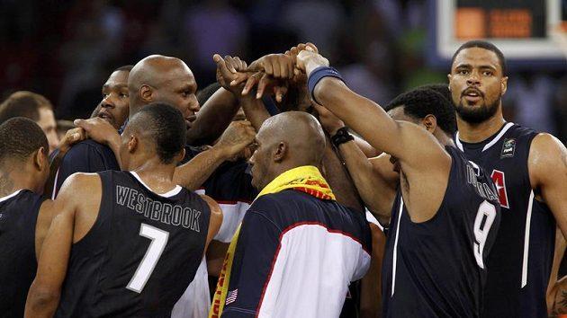 Basketbalisté Spojených států amerických se radují ze zlata, které na MS získali po šestnácti letech.
