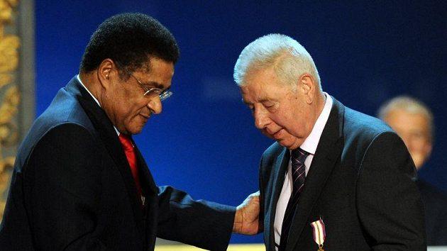 Josefu Masopustovi gratuluje k jeho 80. narozeninám Eusébio.