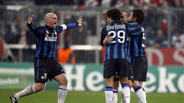 Esteban Cambiasso (vlevo) se raduje se svými spoluhráči z Interu Milán z postupu do čtvrtfinále Ligy mistrů.