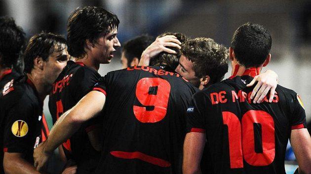 Iker Muniain (druhý zprava) z Bilbaa se raduje se spoluhráči z gólu do sítě Slovanu Bratislava.