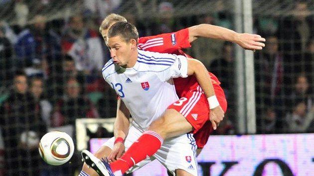 Filipa Hološka (vlevo) atakuje hráč Ruska Vasilij Berezuckij.