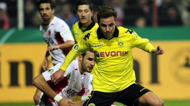 Mario Götze z Borussie Dortmund (vpředu)