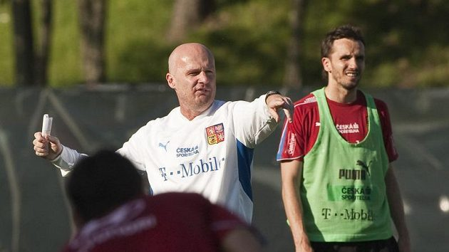 Trenér Michal Bílek (vlevo) na tréninku české fotbalové reprezentace.