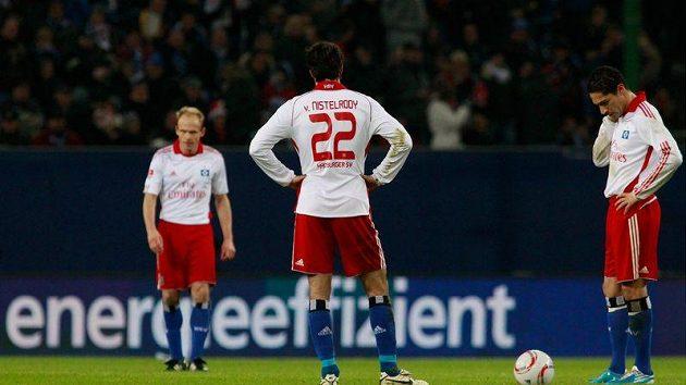 Fotbalisté Hamburku (zleva) David Jarolím, Ruud van Nistelrooy a Paolo Guerrero po gólu na 1:3 v utkání s Leverkusenem.