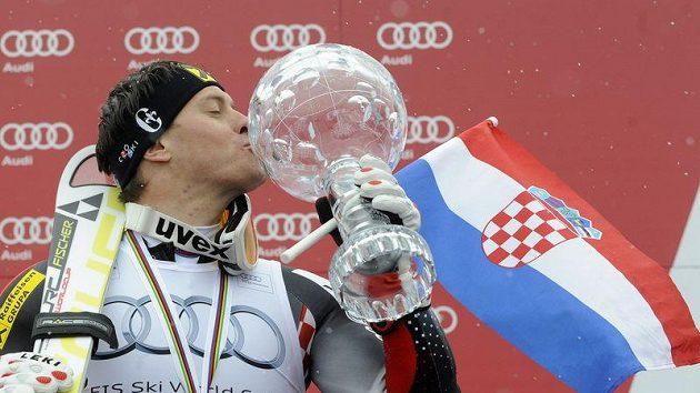 Chorvatský lyžař Ivica Kostelič líbá křišťálový glóbus pro vítěze Světového poháru.