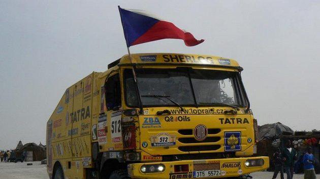 Aleš Loprais s Petrem Gilarem ozdobili svou tatru v závěrečné etapě Rallye Dakar českou vlajkou.
