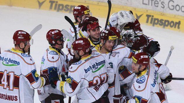 Hokejisté Sparty se radují z vítězství nad Slavií.