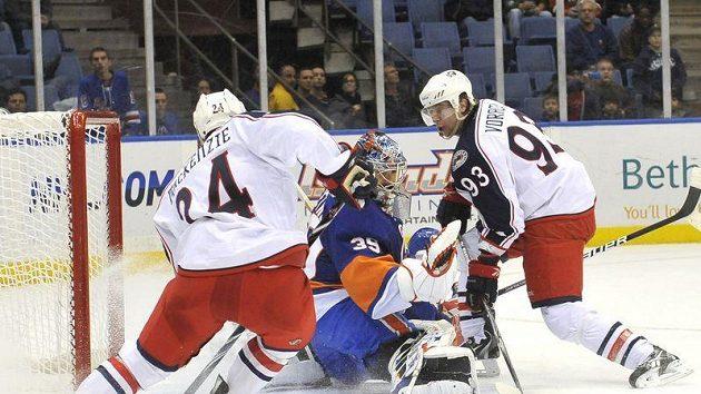 Rozhodující moment utkání Columbusu s Islanders. Jakub Voráček (vpravo) překonává v prodloužení gólmana Ricka DiPietra.