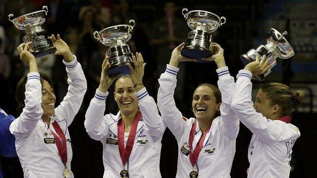 Italské tenistky oslavují úspěšnou obhajobu triumfu ve Fed Cupu. Ve finále zvítězily nad USA.