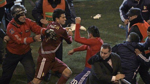 Po penaltovém rozstřelu se mezi hráči i funkcionáři obou týmů strhla bitka.