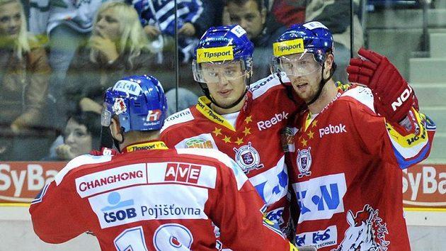 Autor gólu Libor Pivko z Pardubice se raduje se spoluhráči.