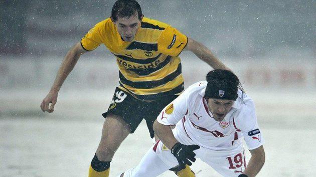Fotbalista Bernu Senad Lulic (vlevo) se snaží obrat o míč Maura Camoranesiho ze Stuttgartu v utkání Evropské ligy.