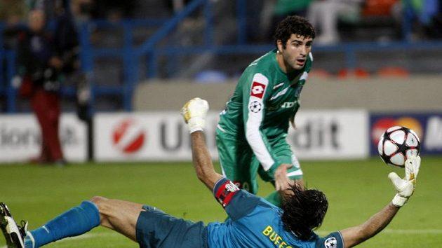 Italský brankář v dresu Juventusu Gianluigi Buffon zasahuje v utkání proti Maccabi Haifa.