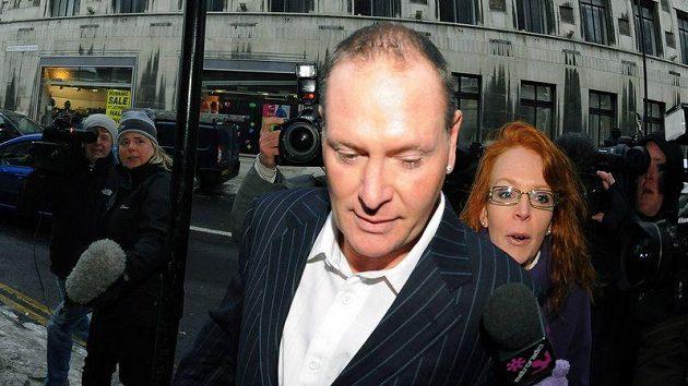 Paul Gascoigne odchází z budovy soudu v Newcastlu.