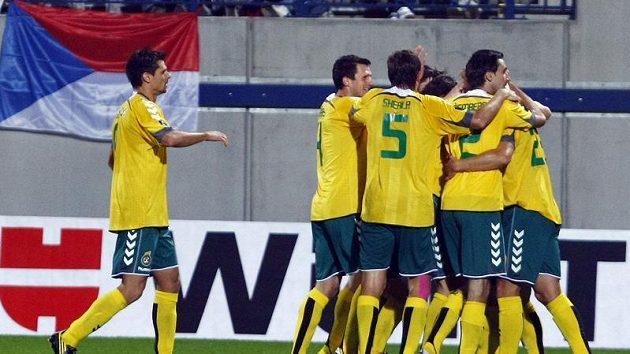 Fotbalisté Litvy se radují z branky, kterou vstřelili do sítě českým fotbalistům.
