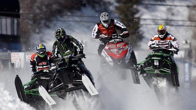 Zleva Paul Bauerly, Tucker Hibbert, Ross Martin a Garth Kaufman při závodě sněžných skůtrů v Aspenu.