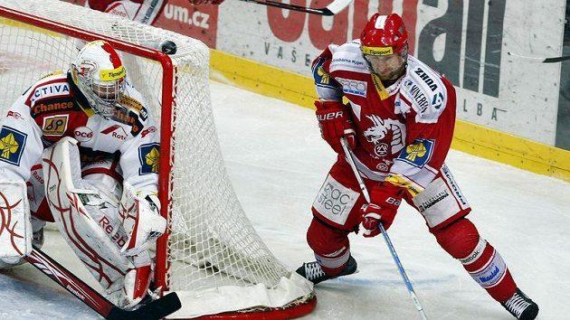 Třinecký Jan Peterek v dobách své hokejové slávy. Na snímku se snaží ohrozit brankáře Slavie Miroslava Kopřivu.