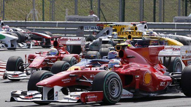 Zdařilý manévr Fernanda Alonsa na startu GP Maďarska znamenal posun na druhé místo.
