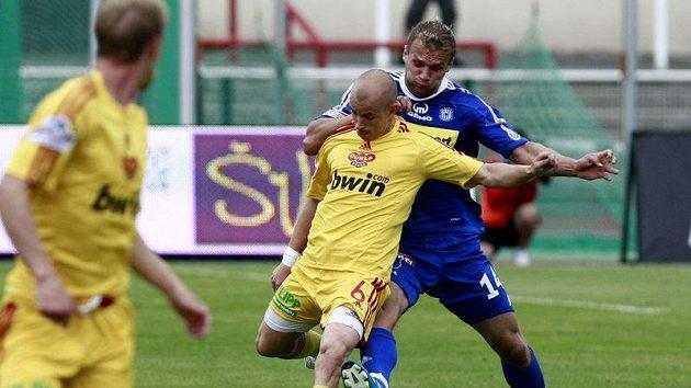 Olomoucký Adam Varadi se snaží obrat o míč Pavla Haška z Dukly