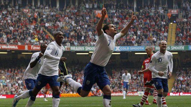 Angličan Frank Lampard (druhý zprava) oslavuje svůj gól, kterým z penalty otevřel skóre utkání ve Walesu.