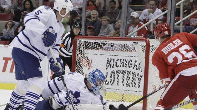 Útočník Detroitu Jiří Hudler překonává gólmana Toronta Jussiho Rynnase.