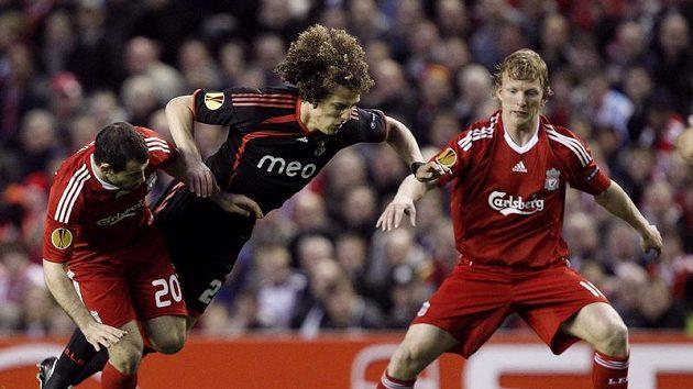 Liverpoolští Dirk Kuyt (vpravo) a Javier Macherano (vlevo) si vzali do parády Davida Luize z Benfiky Lisabon.