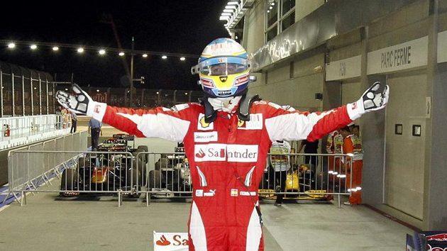 Vítězné gesto Fernanda Alonsa v cíli GP Singapuru.