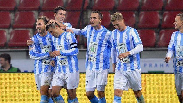 Hráči Boleslavi gratulují Marku Kuličovi (druhý zleva) ke vstřelení třetího gólu.
