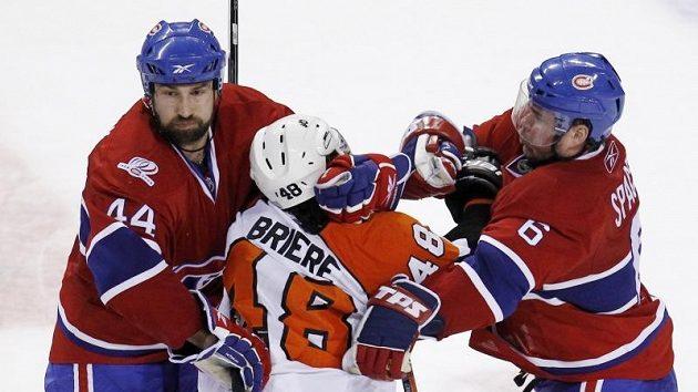 """Čeští beci Montrealu Canadiens Roman Hamrlík a Jaroslav Špaček """"zpracovávají"""" Dannyho Briereho z Philadelphie."""