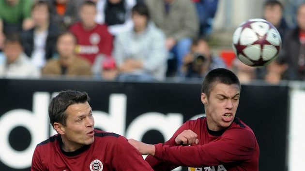 Sparťanští hráči Libor Sionko (vlevo) a Václav Kadlec se dočkali v ligové premiéře velkého zklamání.