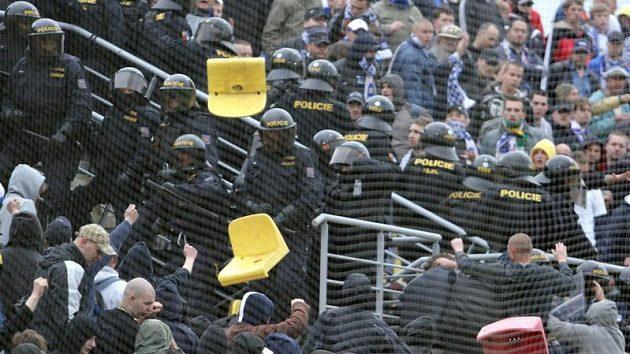Při posledním zápase mezi Příbramí a Baníkem létaly vzduchem vytrhané sedačky.