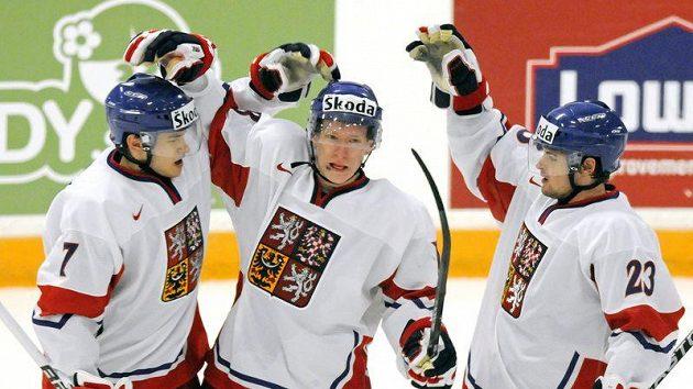 Český obránce Dalibor Řezníček (vlevo) a Roman Horák (vpravo) gratulují Ondřeji Palátovi k brance do sítě Německa na MS do 20 let.