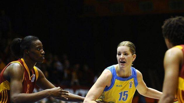 Sylvia Fowlesová z Galatasarye Istanbul (vlevo) se snaží ubránit Evu Vítečkovou z USK Praha.