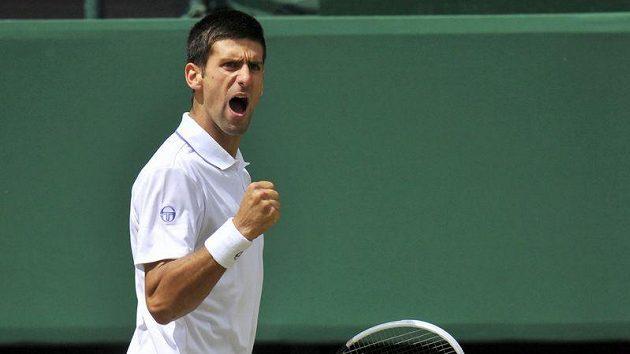 Srbský tenista Novak Djokovič s vítězným gestem během zápasu s Jo-Wilfriedem Tsongou.