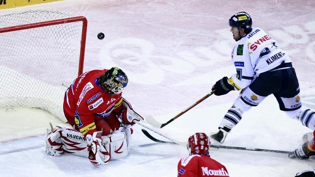 Liberecký Tomáš Klimenta se snaží překonat budějovického brankáře Romana Turka.