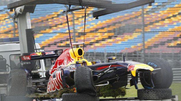 Vettelův monopost byl po havárii v tréninku na odpis.