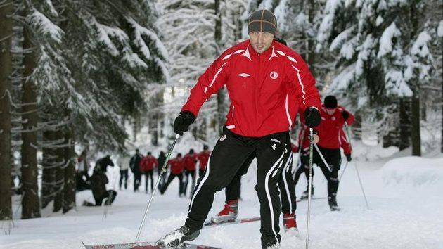David Hubáček v čele šiku fotbalistů Slavie na běžkách nedaleko Švýcarské boudy ve Špindlerově Mlýně, kde jsou na soustředění.