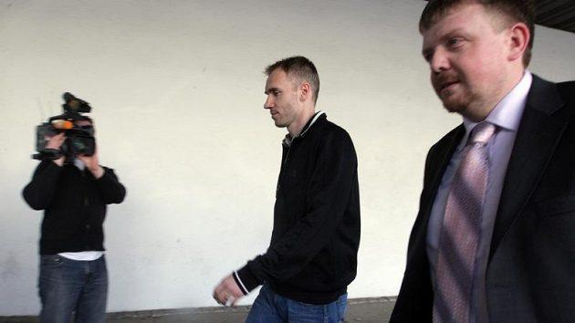 Brankář Olomouce Petr Drobisz přichází ke slyšení před disciplinární komisí, která se snažila vyřešit údajnou korupci hráčů Bohemians Praha.