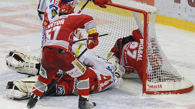 David Květoň z Třince střílí rozhodující branku gólmanovi Slavie Robertovi Slipčenkovi.