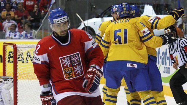 Tomáš Plekanec míjí švédské hokejisty oslavující jednu z branek proti českému týmu v semifinále MS
