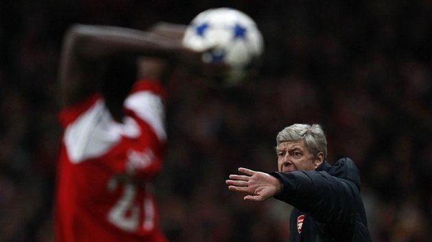 Trenér Arsenalu Arséne Wenger udílí hráčům pokyny při zápase s Barcelonou