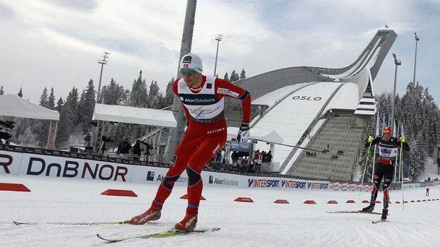 Petter Northug (vlevo) suverénně ovládl finiš závodu štafet na MS v Oslu. Za ním bojuje Němec Tobias Angerer.