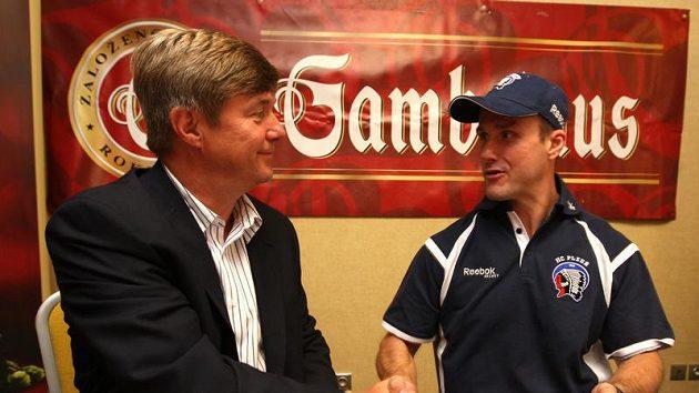 Kapitán, sportovní manažer a většinový vlastní plzeňského hokejového klubu Martin Straka (vpravo) při podpisu smlouvy s vrchním sládkem Gambrinusu Janem Hlaváčkem