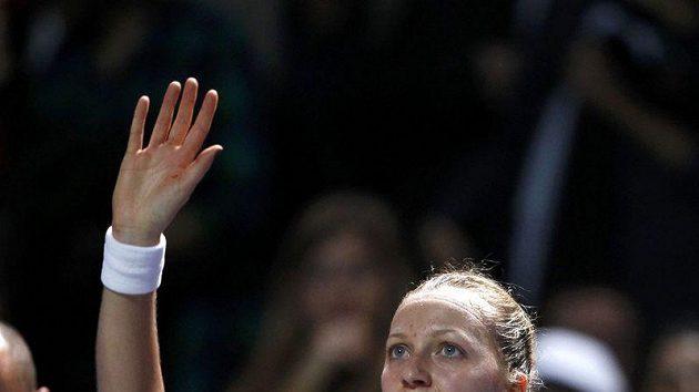 Petra Kvitová zdraví diváky v Istanbulu po vítězství nad Caroline Wozniackou.