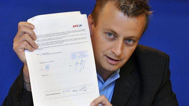 Finanční ředitel hokejového klubu BK Mladá Boleslav Michal Koliáš ukazuje smlouvu Jiřího Marušáka.