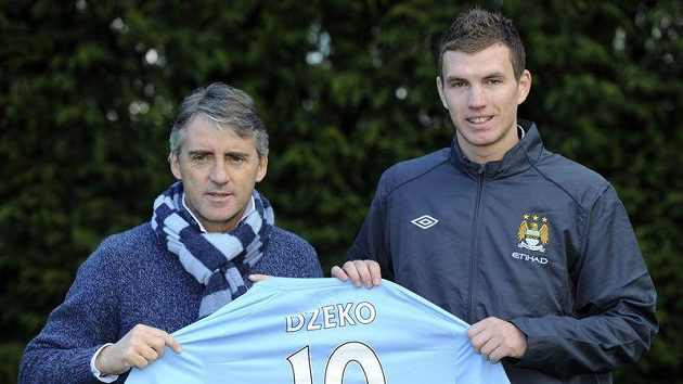 Edin Džeko (vpravo) s trenérem Manchesteru City Robertem Mancinim