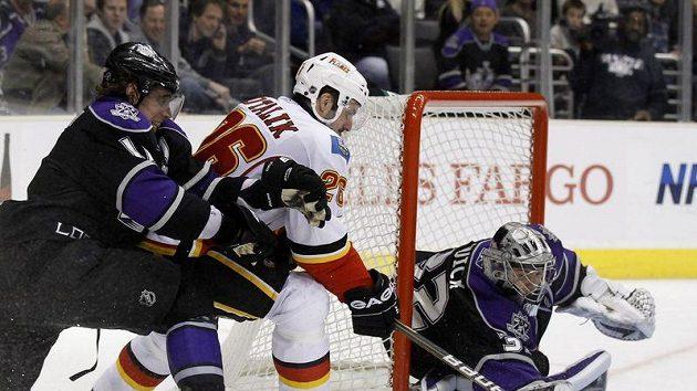 Útočník Calgary Aleš Kotalík, bráněný Anze Kopitarem, ohrožuje brankáře Los Angeles Kings.