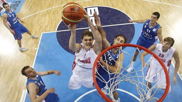 Rus Timofey Mozgova dává koš ve čtvrtfinále ME basketbalistů v Litvě proti Srbsku.