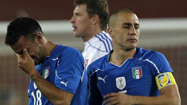 Výraz naprostého zklamání je patrný v očích italských fotbalistů Quagliarella (vlevo) a Cannavara. Archivní foto.